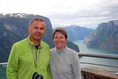 Nous admirons l'Aurlandsfjord depuis le belvédère de Stegastein.