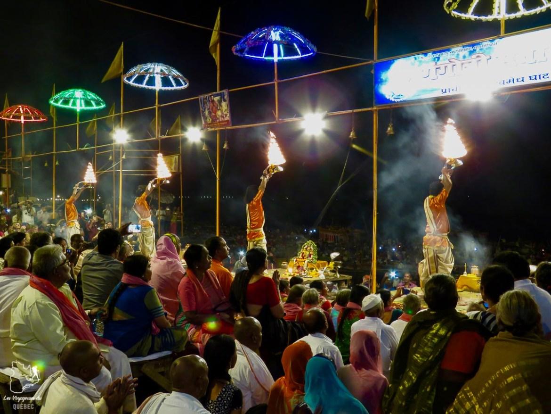 Cérémonie sur le bord du Gange à Varanasi en Inde dans mon article Varanasi en Inde : mon séjour émouvant dans la capitale spirituelle indienne #varanasi #benares #inde #india #voyage #asie #gange #religion #hindouisme