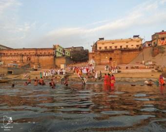 Bain sacré dans le Gange à Varanasi en Inde dans mon article Varanasi en Inde : mon séjour émouvant dans la capitale spirituelle indienne #varanasi #benares #inde #india #voyage #asie #gange #hindouisme #religion