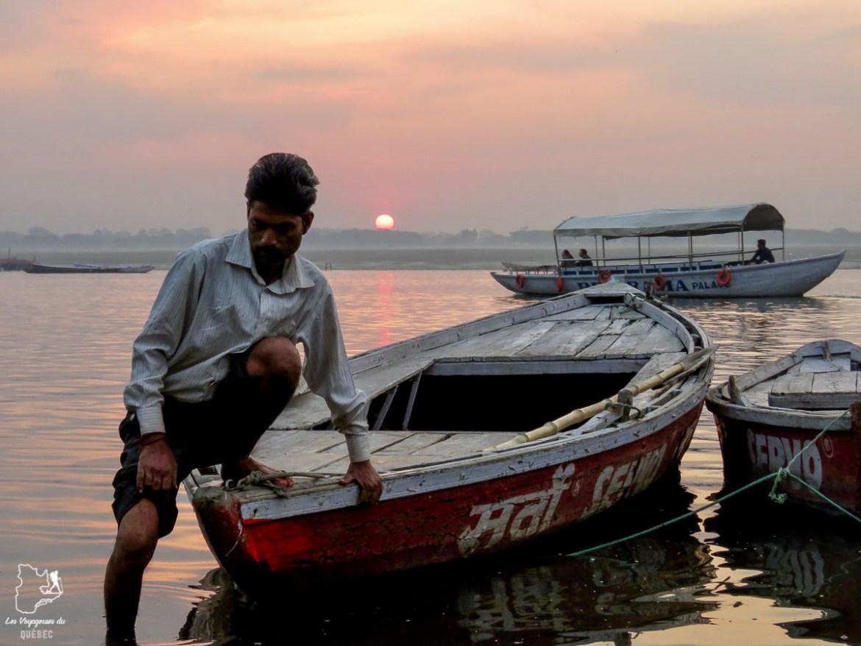 Lever de soleil sur le Gange à Varanasi en Inde dans mon article Varanasi en Inde : mon séjour émouvant dans la capitale spirituelle indienne #varanasi #benares #inde #india #voyage #asie #gange #leverdesoleil