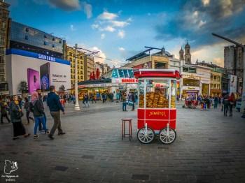 Vendeur de simit à Taksim Square dans mon article Carnet de voyage à Istanbul : Ville de contrastes et de découvertes #istanbul #turquie #voyage #galata #taksimsquare