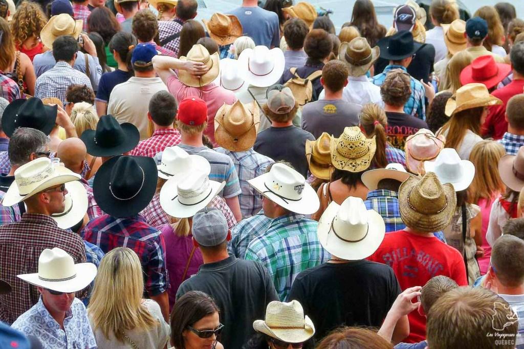 Au Stampede de Calgary, tout le monde porte un chapeau de cow-boy dans notre article Le Stampede de Calgary : Visiter Calgary au Canada pendant le grand rodéo #stampede #rodeo #calgary #alberta #canada #festival