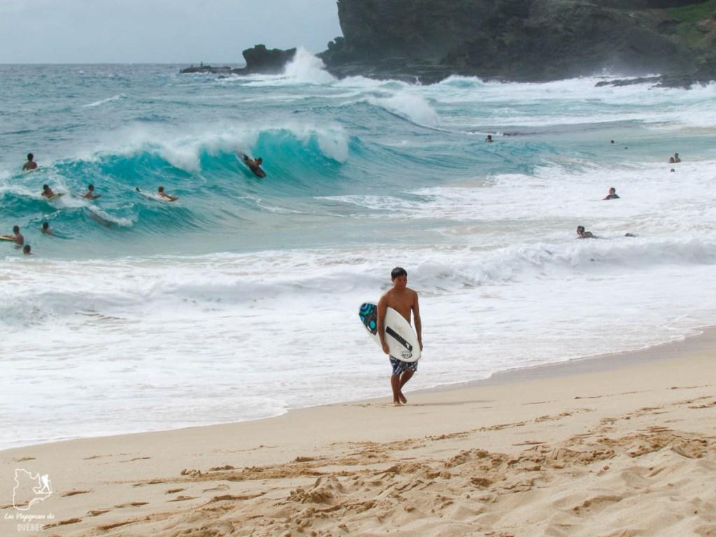 Surf à Sandy Beach sur l'île d'Oahu dans notre article L'île d'Oahu à Hawaii : Activités incontournables à faire lors d'un road trip #oahu #roadtrip #ile #kawaii #sandybeach #surf