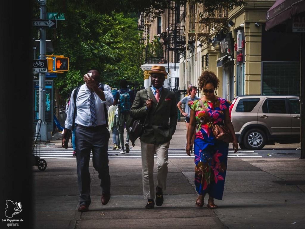 Scène de rue dans Harlem, un quartier de Manhattan à New York dans notre article Manhattan à New York : exploration urbaine des quartiers de Manhattan #newyork #ville #usa #manhattan #etatsunis #amerique #citytrip #harlem