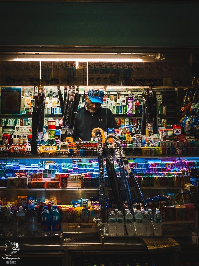Scène de nuit dans Midtown à Manhattan à New York dans notre article Manhattan à New York : exploration urbaine des quartiers de Manhattan #newyork #ville #usa #manhattan #etatsunis #amerique #citytrip #midtown