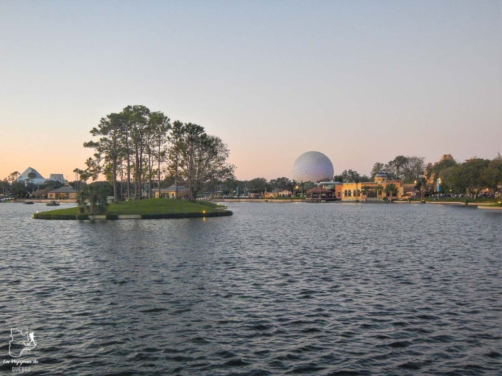 Coucher de soleil sur Epcot à Walt Disney World à Orlando dans notre article Walt Disney World à Orlando : Le meilleur de ce parc d'attractions en Floride #waltdisney #waltdisneyworld #floride #disney #parcattraction #orlando