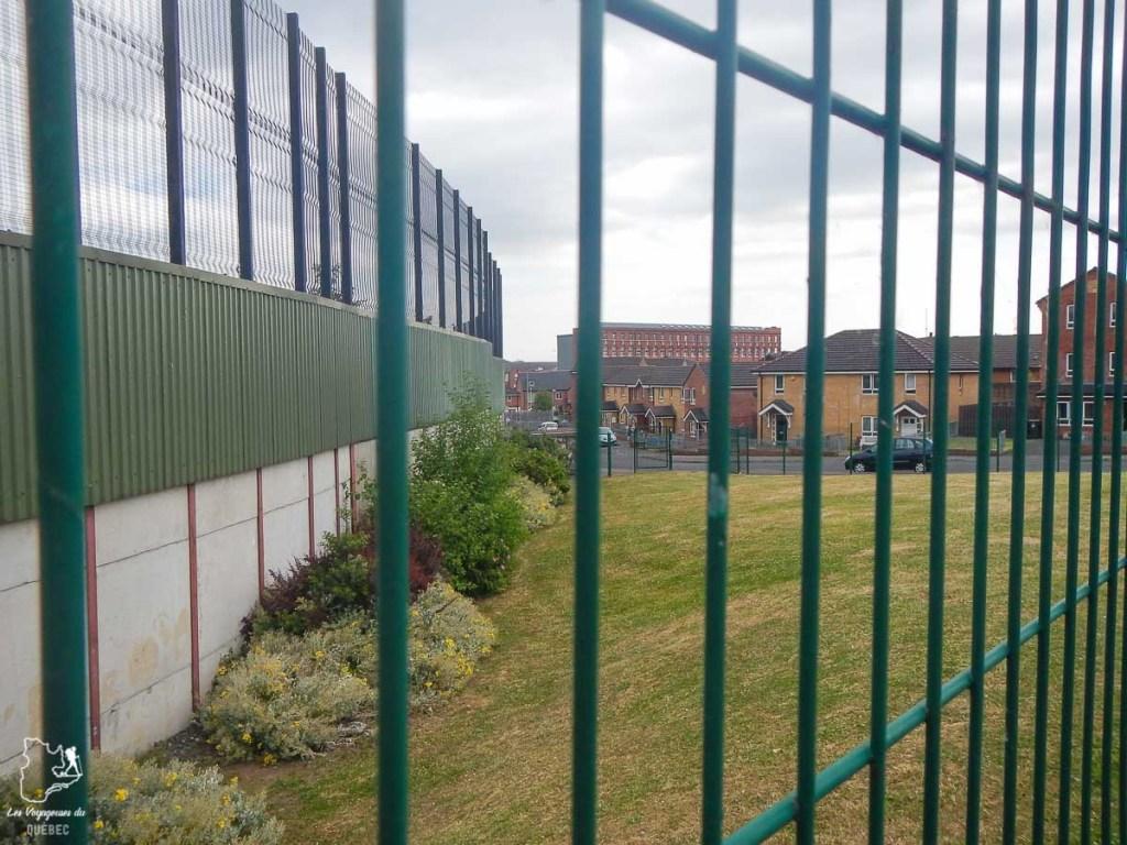Peace wall de Belfast qui protège la minorité républicaine dans notre article Visiter Belfast en Irlande du Nord : que faire à Belfast, un musée à ciel ouvert #belfast #irlandedunord #royaumeunis #voyage #citytrip #europe