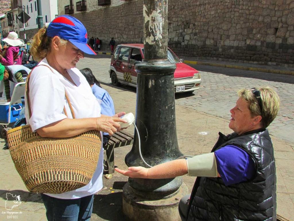 Prise de pression dans les rues du Pérou dans mon tour du monde d'un an dans notre article Mon tour du monde d'un an à 50 ans : le voyage d'une vie #tdm #tourdumonde #voyage #voyageunan #senior