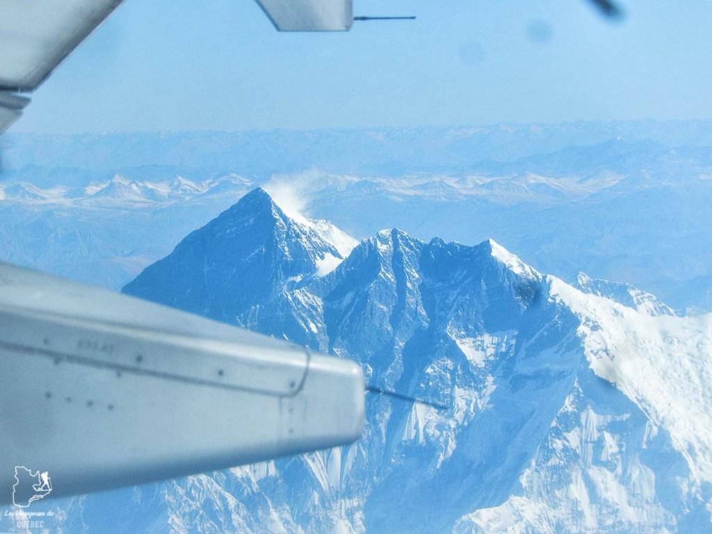 Survol du Mont Everest lors de mon tour du monde d'un an dans notre article Mon tour du monde d'un an à 50 ans : le voyage d'une vie #tdm #tourdumonde #voyage #voyageunan #senior