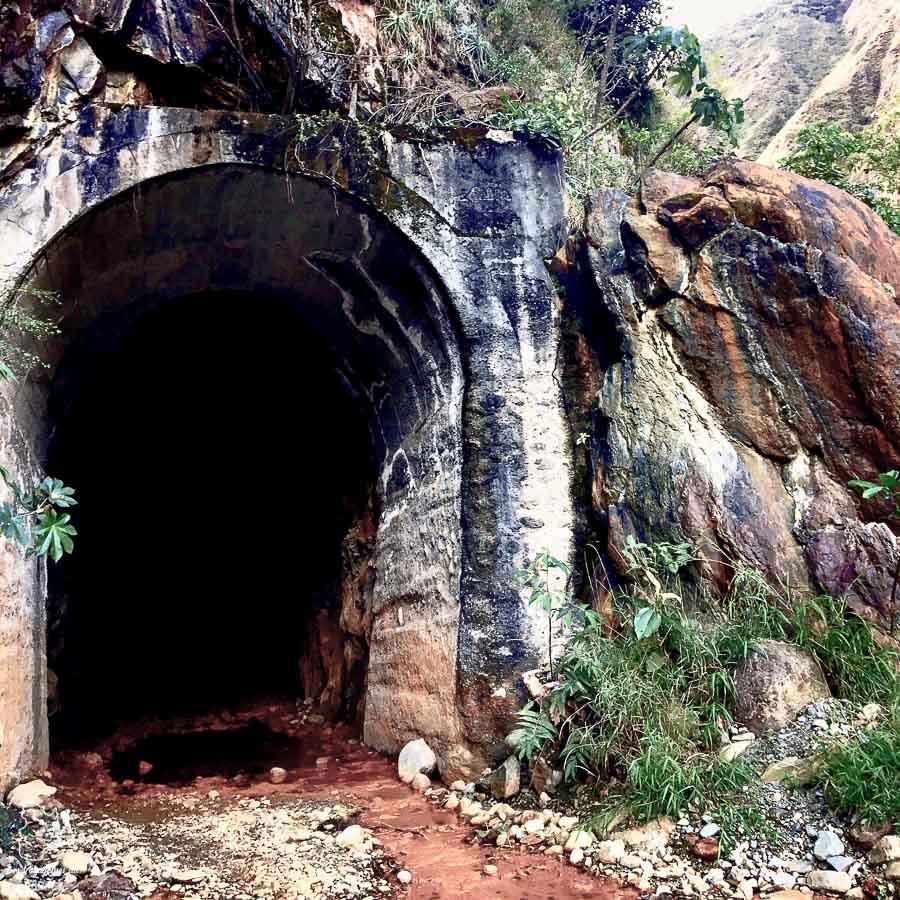 Grotte sur l'Inca jungle trail dans notre article Randonnée sur l'Inca jungle trail : Mon trek au Machu Picchu en famille #randonnee #trek #incajungletrail #machupicchu #perou #ameriquedusud #unesco