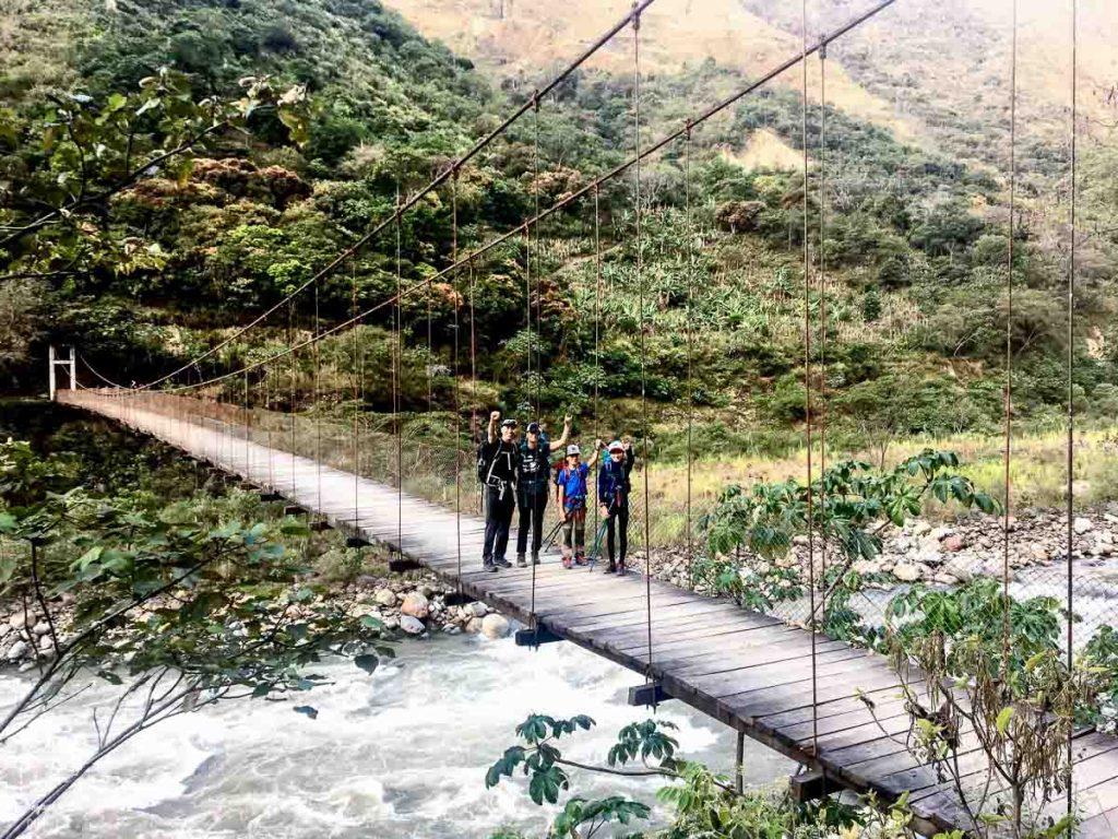 Pont suspendu sur la Inca jungle trail dans notre article Randonnée sur l'Inca jungle trail : Mon trek au Machu Picchu en famille #randonnee #trek #incajungletrail #machupicchu #perou #ameriquedusud #unesco