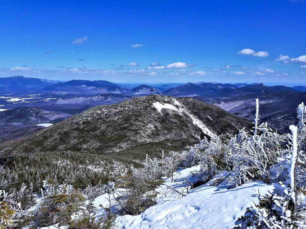 Sommets Algonquin et Wright Peak en hiver dans les Adirondacks dans notre article Devenir un Adirondack 46er : Faire l'ascension des 46 plus hautes montagnes des Adirondacks #adirondack #adirondacks #46ers #46er #ADK46er #montagnes #usa #randonnee