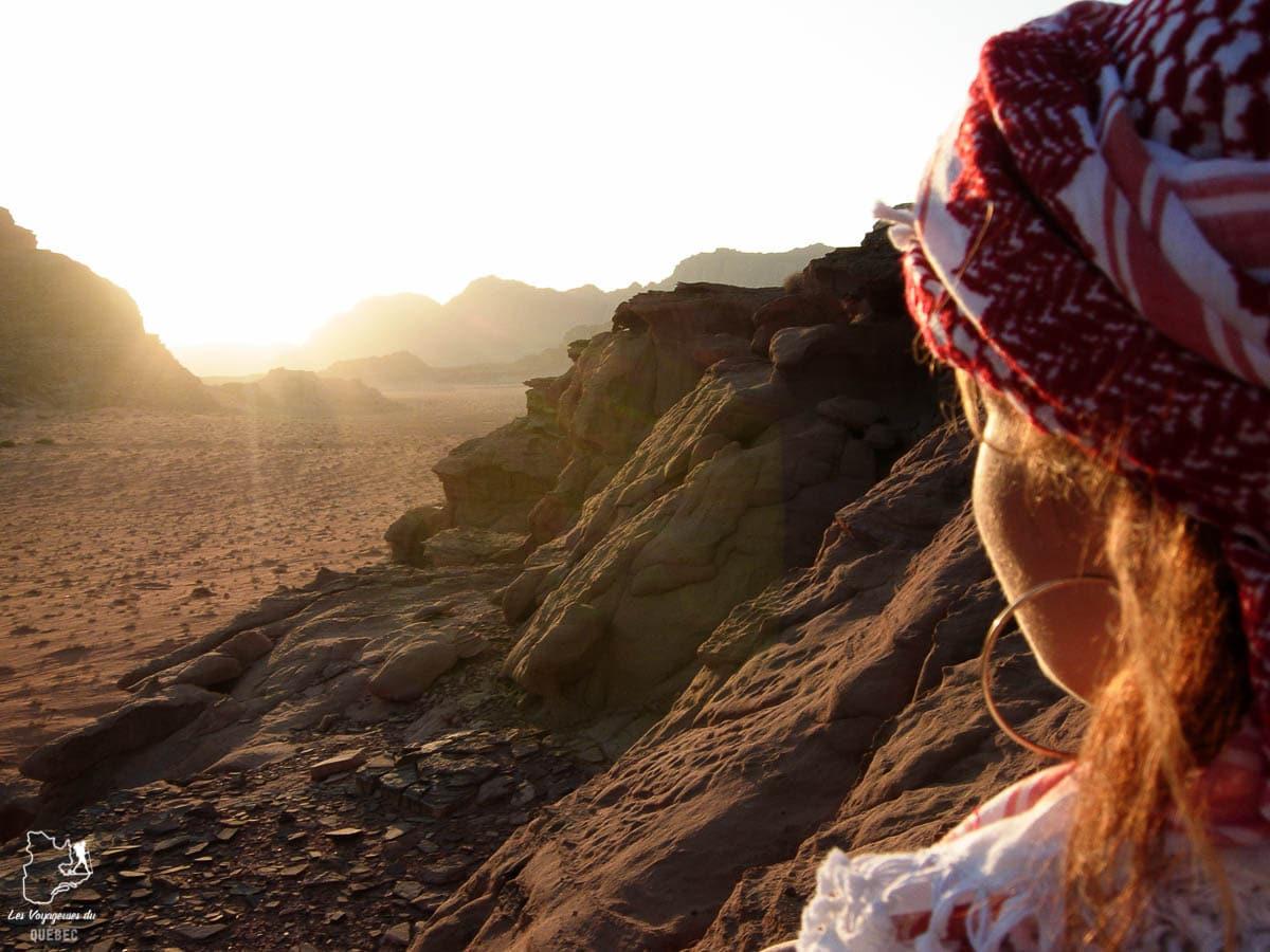 Coucher de soleil dans désert du Wadi Rum dans notre article Déserts du monde : L'expérience mystique du Sahara, Thar et Wadi Rum #deserts #desert #sahara #thar #wadirum #voyage