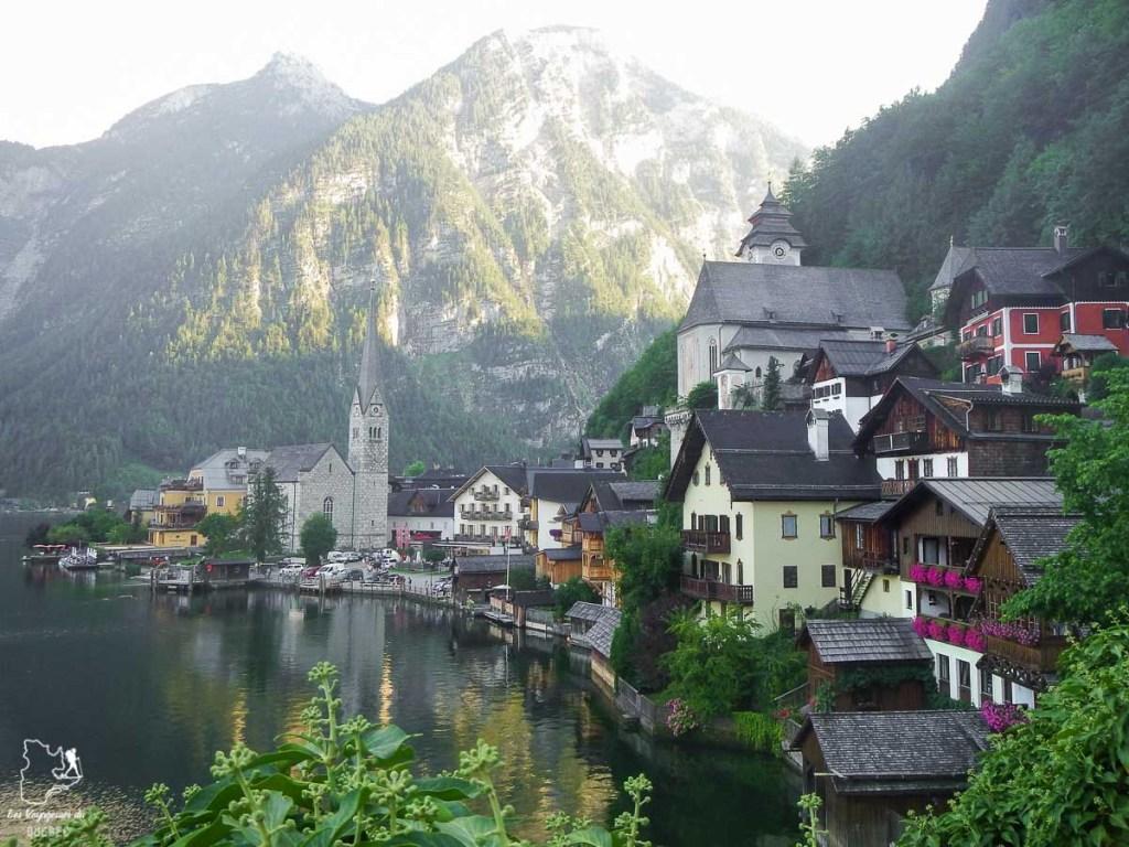 Beauté du village d'Hallstatt en Autriche avec son cadre sublime dans notre article Hallstatt en Autriche : Petit guide pour visiter Hallstatt et ses environs #hallstatt #autriche #europe #voyage #alpes