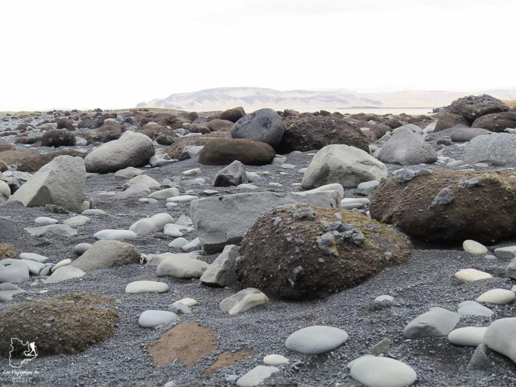 Plage de Reynisfjara en Islande dans notre article Une semaine en Islande : Mon expérience à visiter l'Islande en solo #islande #unesemaine #voyage #europe #voyageensolo