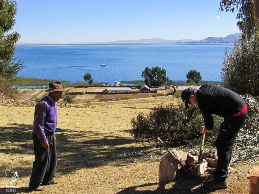 Aider notre famille d'accueil au lac Titicaca au Pérou dans notre article Le lac Titicaca au Pérou : Mon expérience sur 3 îles et dans une famille locale #perou #lactiticaca #titicaca #voyage #ameriquedusud