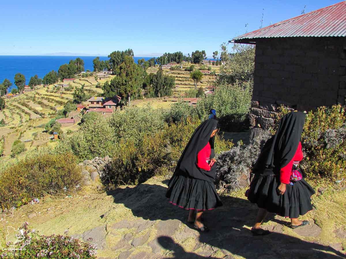 Les femmes sur l'île Taquile sur le lac Titicaca au Pérou dans notre article Le lac Titicaca au Pérou : Mon expérience sur 3 îles et dans une famille locale #perou #lactiticaca #titicaca #voyage #ameriquedusud
