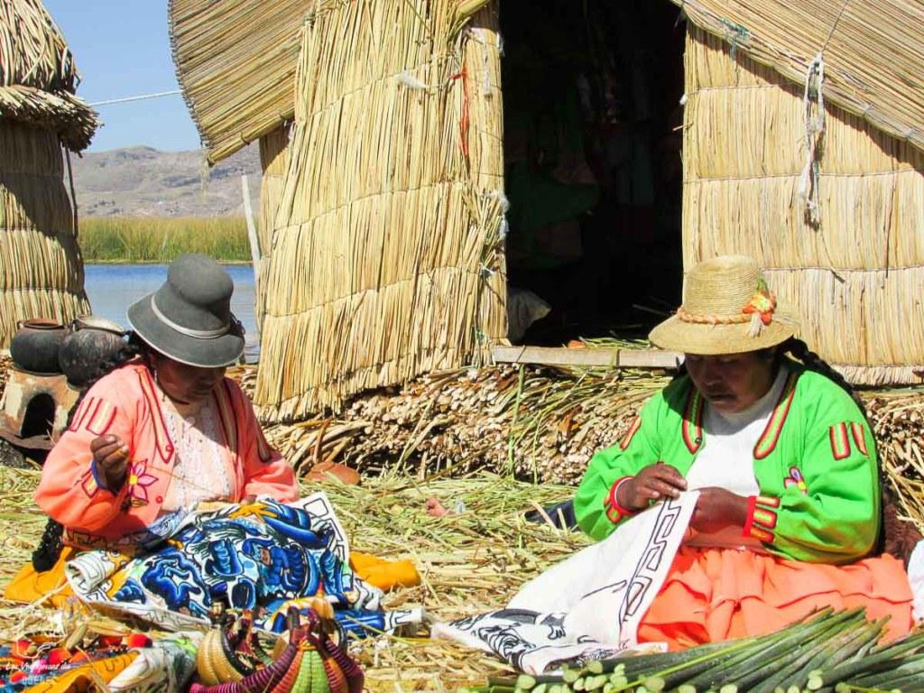 Artisanat sur les îles du lac Titicaca au Pérou dans notre article Le lac Titicaca au Pérou : Mon expérience sur 3 îles et dans une famille locale #perou #lactiticaca #titicaca #voyage #ameriquedusud