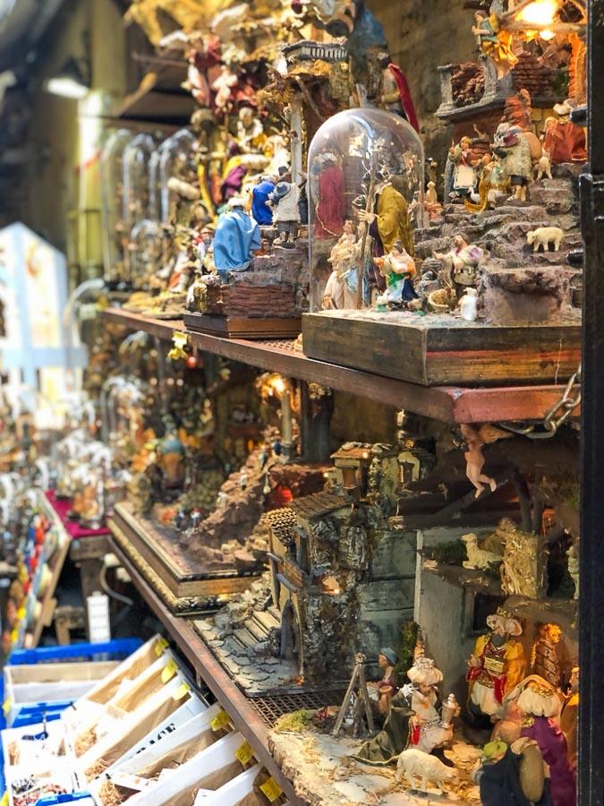 Rue Presepi, la rue des crèches, dans le centre historique de Naples dans notre article Que faire à Naples en Italie et voir : Visiter Naples, Pompéi et la Côte Amalfitaine #naples #italie #europe #voyage #pompei #coteamalfitaine