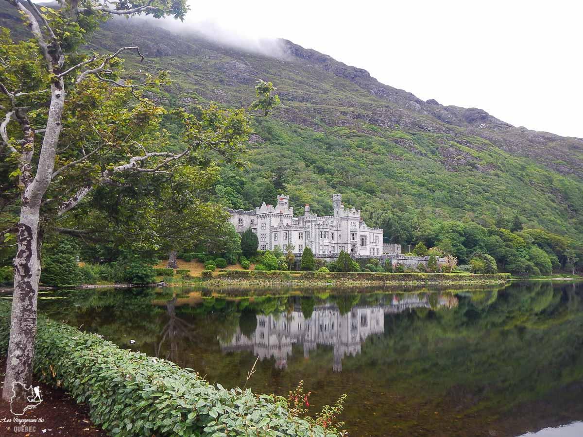 Abbaye de Kylemore dans le Connemara en Irlande dans notre article Road trip en Irlande : 3 semaines de road trip en couple à travers l'Irlande #irlande #irlandedunord #roadtrip #circuit #europe #voyage