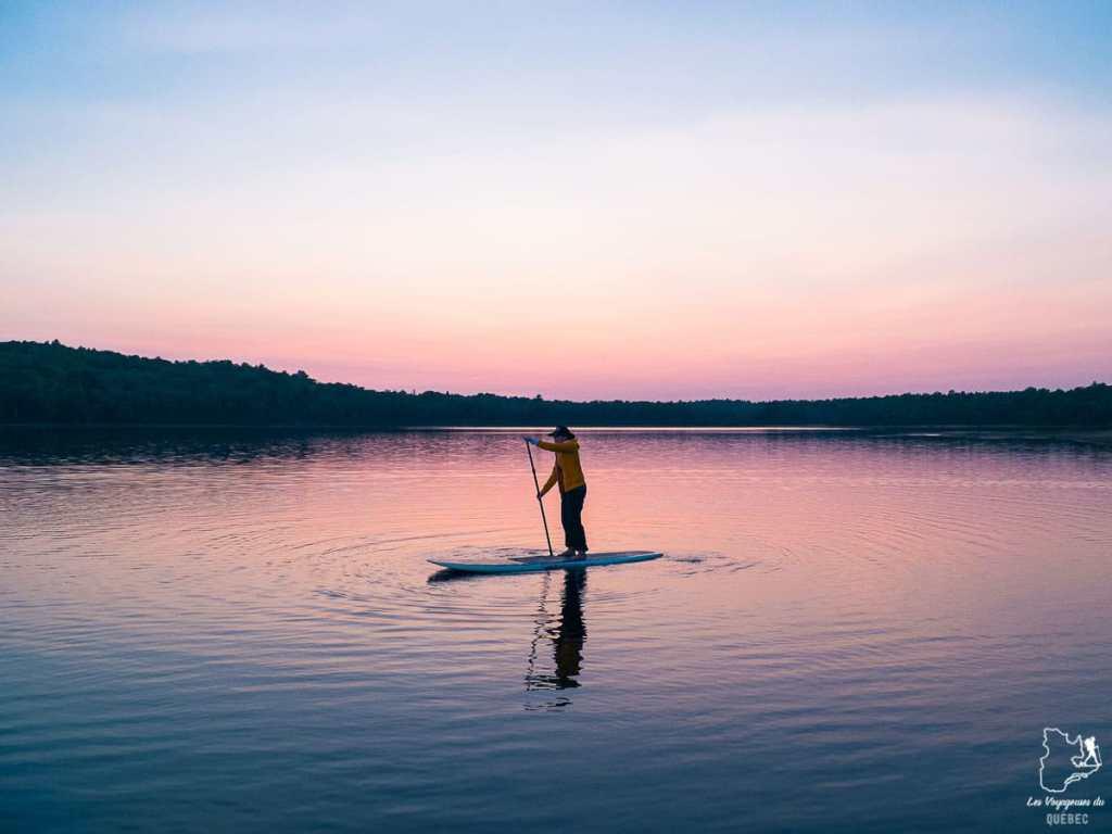 Faire du SUP, une belle activité au Québec en été dans notre article Que faire au Québec en été : 7 activités extérieures pour profiter de la saison estivale #quebec #canada #activites #ete #sup #paddleboard