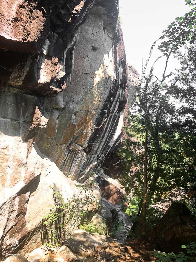 Contreforts sur le Sentier national dans notre article Randonnée dans Lanaudière : 100 km sur le sentier national (sentier de la Matawinie) #randonnee #lanaudiere #matawinie #sentiernational #quebec #canada