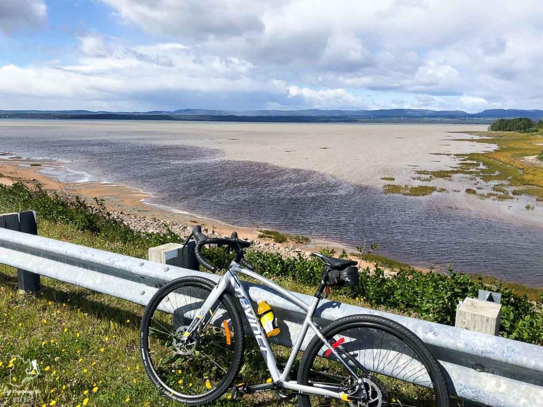 Vélo dans la Communauté Uashat à Sept-Îles dans notre article Road trip sur la Côte-Nord au Québec : Itinéraire voyage de 10 jours en van #cotenord #quebec #bonjourquebec #canada #roadtrip #voyage