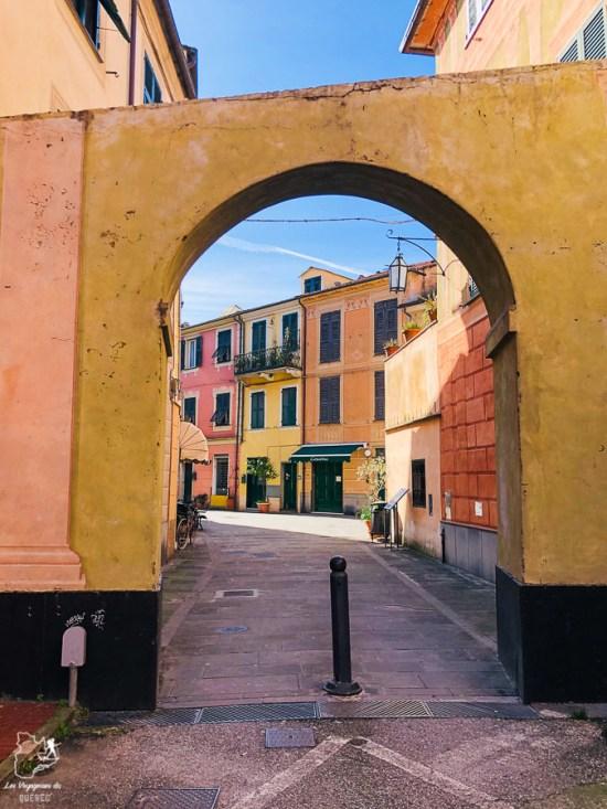 Rue de la ville de Levanto en Italie dans notre article Visiter les Cinque Terre en Italie avec ses charmants villages colorés #cinqueterre #italie #ligurie #voyage #europe