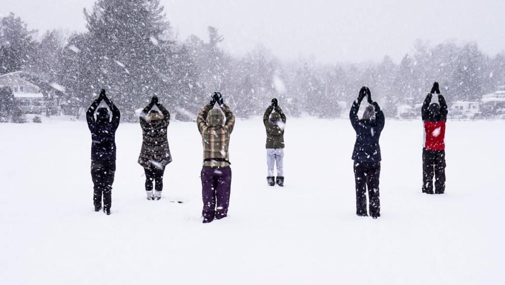 Le yoga sur neige dans notre article 10 activités hivernales au Québec : quoi faire au Québec en hiver #hiver #quebec #canada #activites