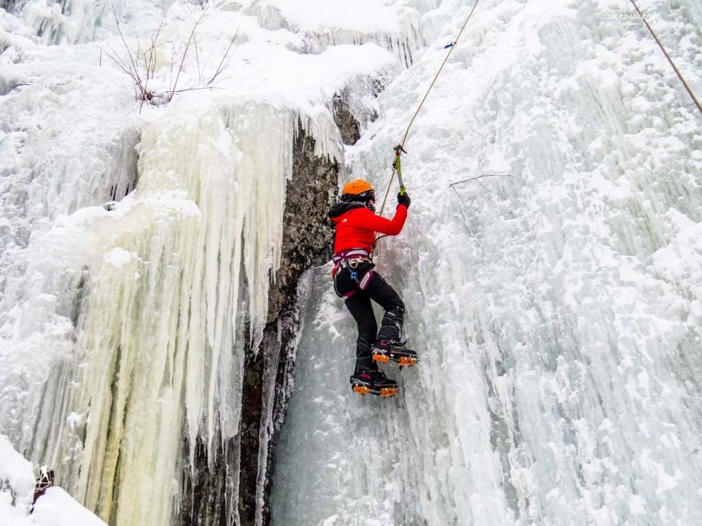 Faire de l'escalade de glace au Québec dans notre article 10 activités hivernales au Québec : quoi faire au Québec en hiver #hiver #quebec #canada #activites