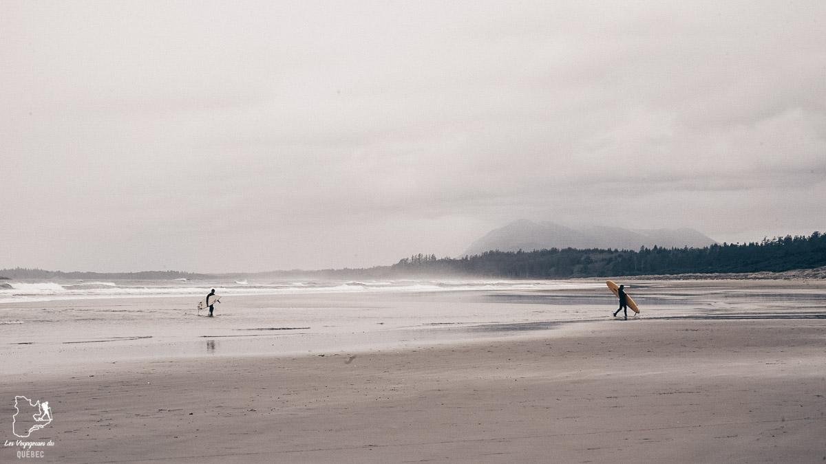 Surfer à Tofino au Pacific Rim dans l'Ouest canadien dans notre article Voyager au Canada en temps de pandémie : Mon voyage dans l'Ouest canadien #canada #ouestcanadien #pandemie #covid19 #voyage