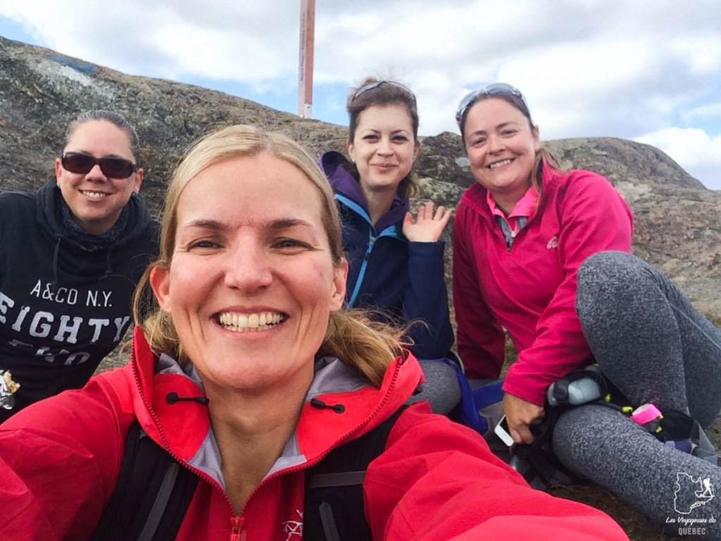 Au sommet du Mont-Ham avec des amies dans notre article Nuit en montagne: 5 endroits où dormir au sommet d'une montagne au Québec #quebec #montagne #sommet #hebergement