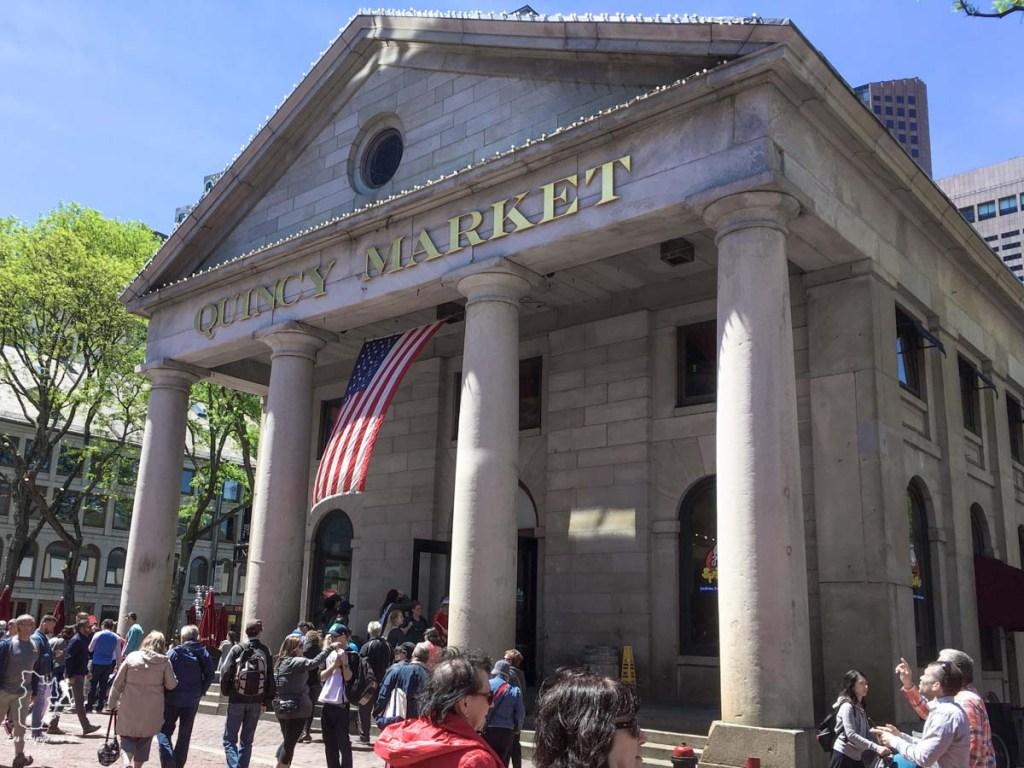 Quincy Market à Boston en Nouvelle-Angleterre dans notre article Visiter la Nouvelle-Angleterre aux USA : Que voir lors d'un road trip de 3 jours #road trip #nouvelleangleterre #usa #etatsunis #itineraire