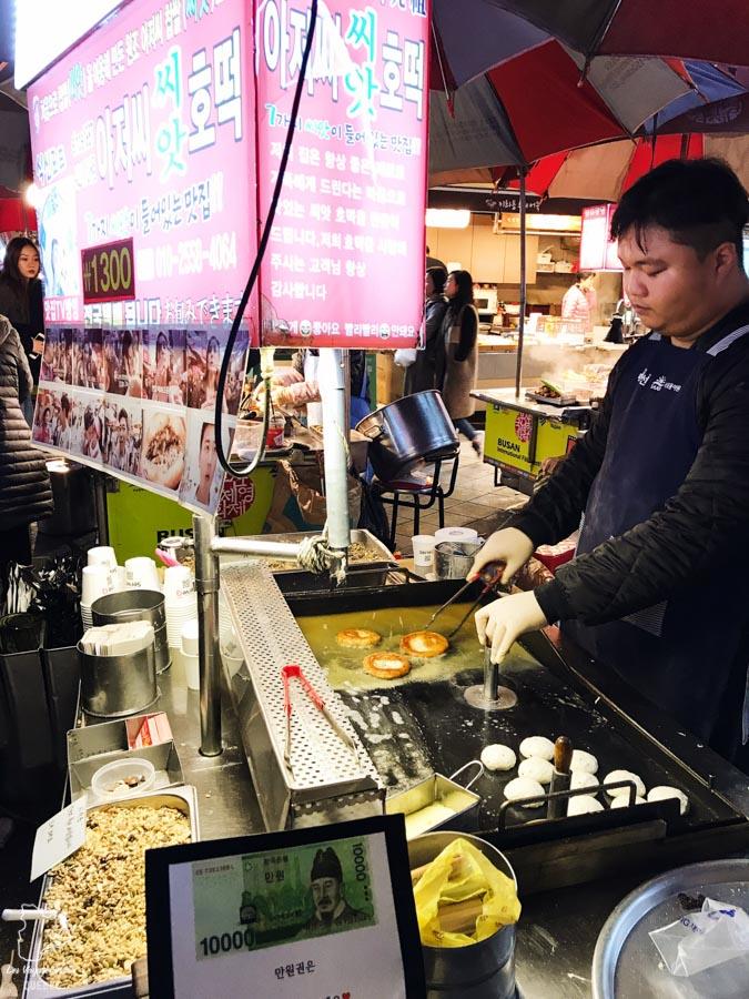 Cuisine de rue dans le quartier BIFF Square de Busan dans notre article Visiter Busan en Corée du Sud : Quoi faire à Busan en 7 incontournables #coreedusud #asie #voyage #busan
