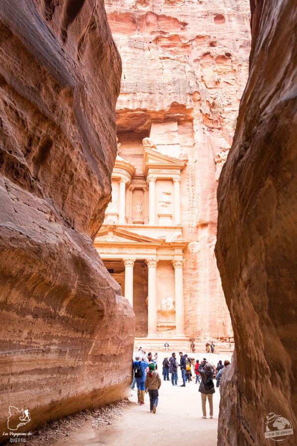 La vue sur le temple de Pétra à la sortie du Siq en Jordanie dans notre article Visiter la Jordanie: Mon itinéraire de 2 semaines en road trip en Jordanie #jordanie #road trip #voyage
