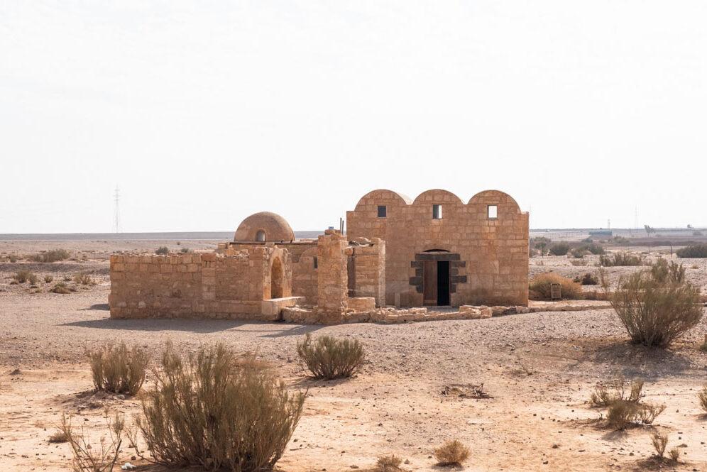 Le château Qusair Amra dans le désert de Jordanie dans notre article Visiter la Jordanie: Mon itinéraire de 2 semaines en road trip en Jordanie #jordanie #road trip #voyage