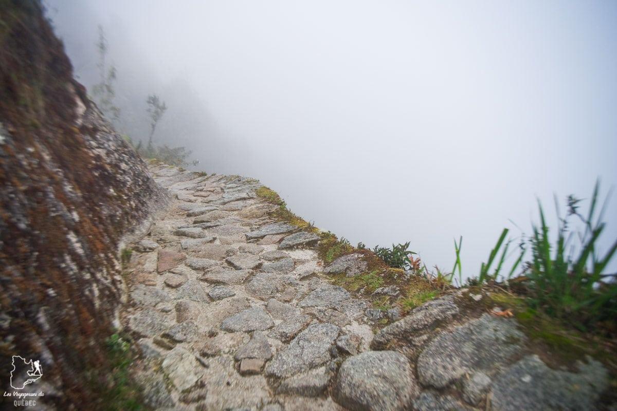 Route étroite sur l'Inca Trail au Pérou dans notre article Quitter une vie où il faut plaire à tout prix pour voyager et être enfin libre #voyage #voyageraufeminin #femme #inspiration