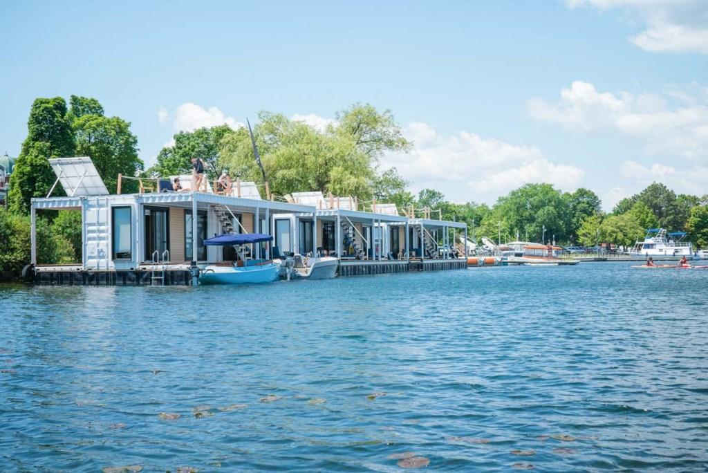 Le Flotel, un hébergement sur l'eau au Québec dans notre article Dormir sur l'eau: 5 hébergements insolites sur l'eau où dormir au Québec #quebec #hebergement #hebergementinsolite