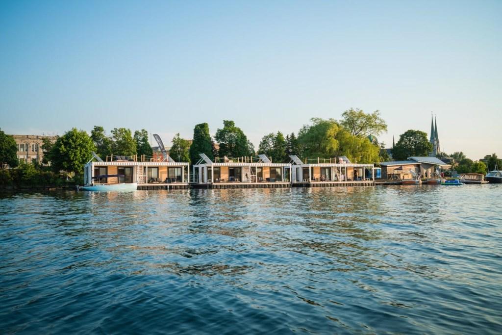 Dormir sur l'eau au Québec au Flotel dans notre article Dormir sur l'eau: 5 hébergements insolites sur l'eau où dormir au Québec #quebec #hebergement #hebergementinsolite