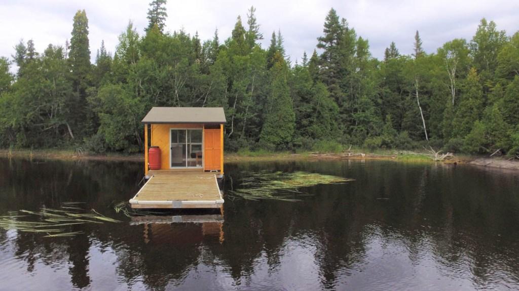 Dormir sur l'eau dans un Iloft flottant à Alma dans notre article Dormir sur l'eau: 5 hébergements insolites sur l'eau où dormir au Québec #quebec #hebergement #hebergementinsolite