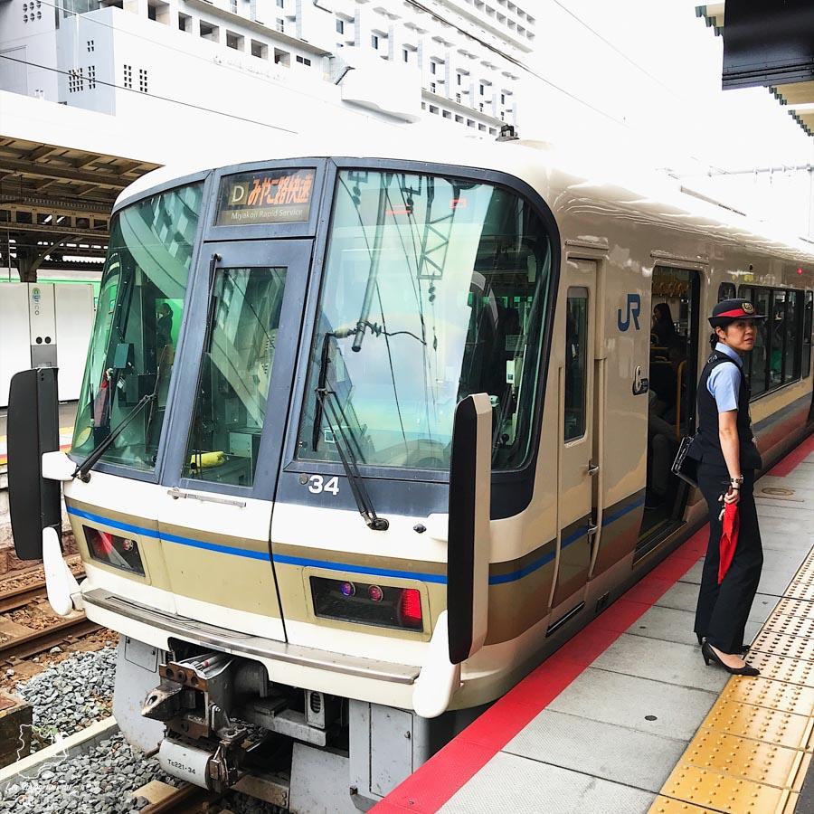 Céder le passage à ceux qui descendent des transports en commun dans notre article La politesse au Japon et l'étiquette japonaise : Petites règles pour savoir comment se comporter au Japon #japon #politesse #culture #asie #voyage