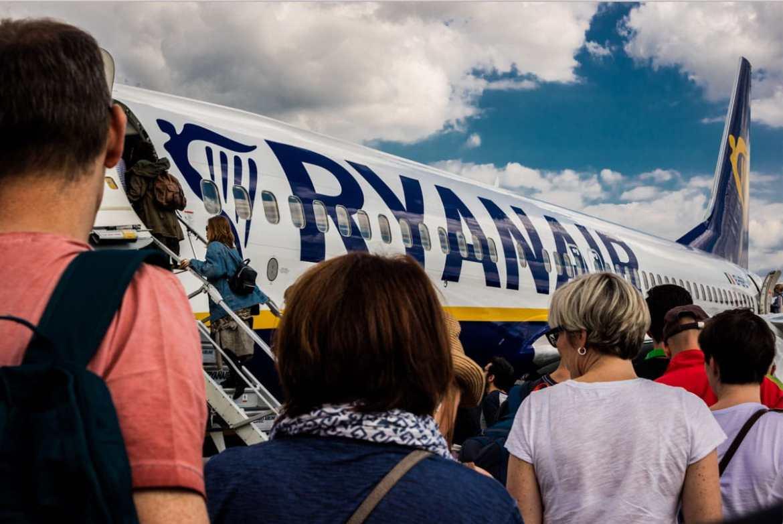 Prendre un vol low cost pour payer son billet d'avion moins cher dans notre article 10 astuces pour payer son billet d'avion moins cher et économiser sur son vol #vol #avion #billetavion #economie #pascher #voyage