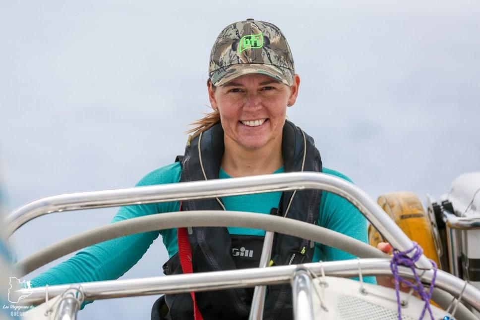 À la barre du voilier dans notre article Elle participe à Mission eXXpedition : projet écologique en mer totalement féminin #exxpedition #ecologie #environnement #voilier #femme #voyage