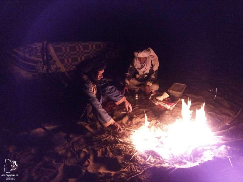 Soirée autour du feu lors d'un trek dans le désert du Sahara au Maroc dans notre article Trek dans le désert du Maroc : Ma randonnée de 5 jours dans le désert du Sahara #desert #maroc #sahara #randonnee #trek #voyage