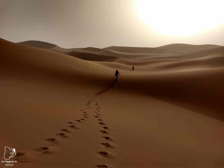 Coucher de soleil lors d'une randonnée dans le Sahara au Maroc dans notre article Trek dans le désert du Maroc : Ma randonnée de 5 jours dans le désert du Sahara #desert #maroc #sahara #randonnee #trek #voyage