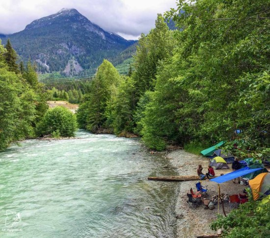 Camping bord de rivière à Whistler au Canada dans notre article Voyage en auto-stop : De l'Alaska à la Californie sur le pouce, une aventure humaine #autostop #pouce #voyage #usa #canada