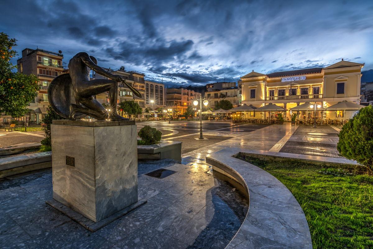 Η κεντρική πλατεία της σπάρτης και η Λέσχη Σύμμετρον Cafe Bistro