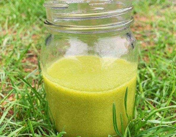 Smoothie à l'ananas, kiwi, mangue et chou frisé (kale)
