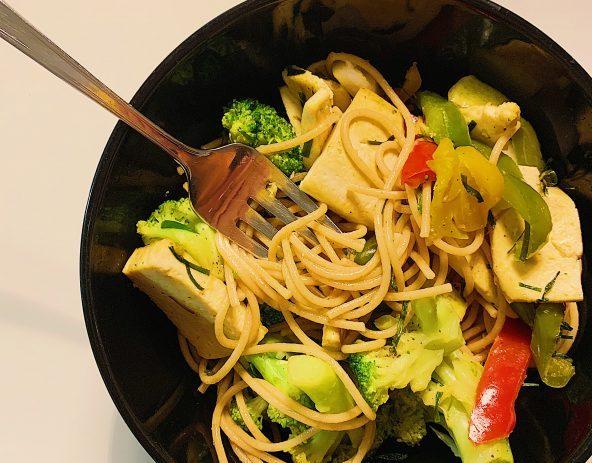 Spaghetti asiatique au tofu et légumes grillés