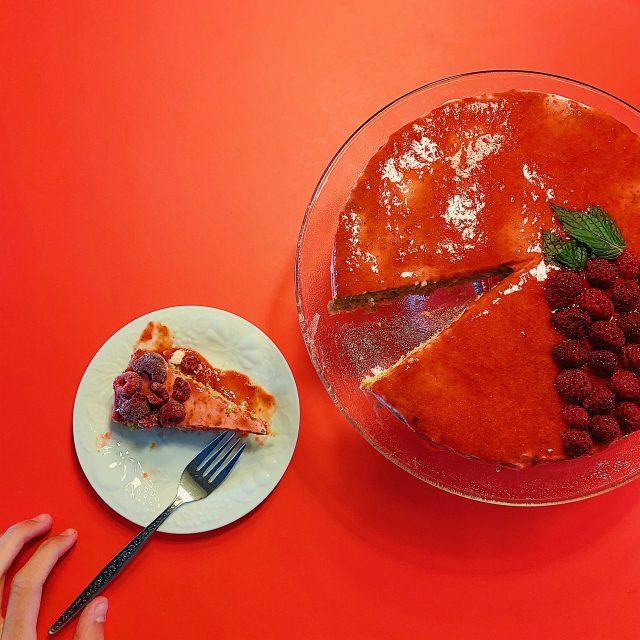Gâteau sans gluten, yogourt grec et coulis de framboises